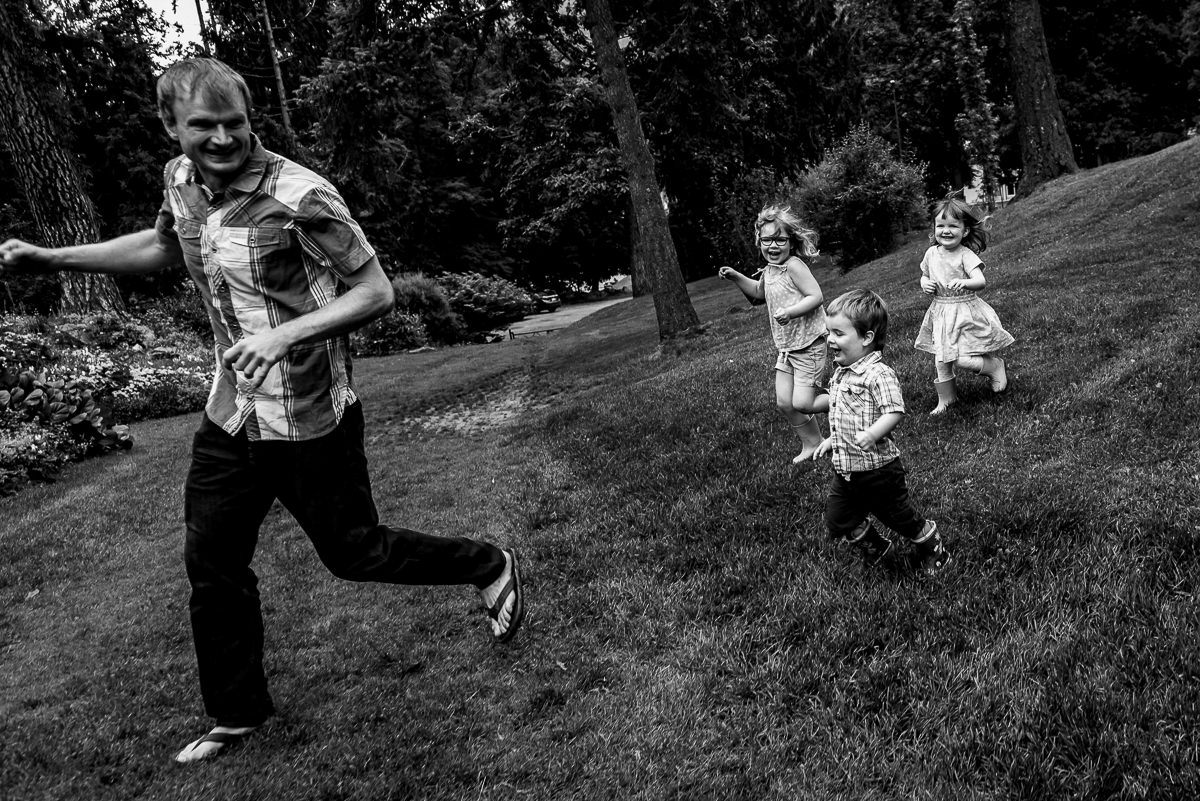 kids chase their dad in gyro park, nelson bc