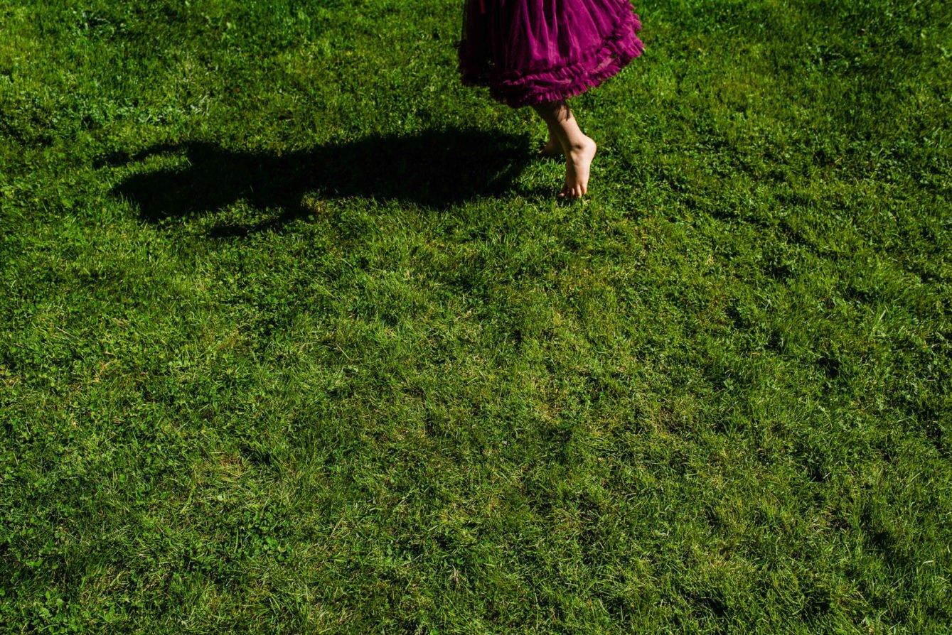 girls dances in the grass