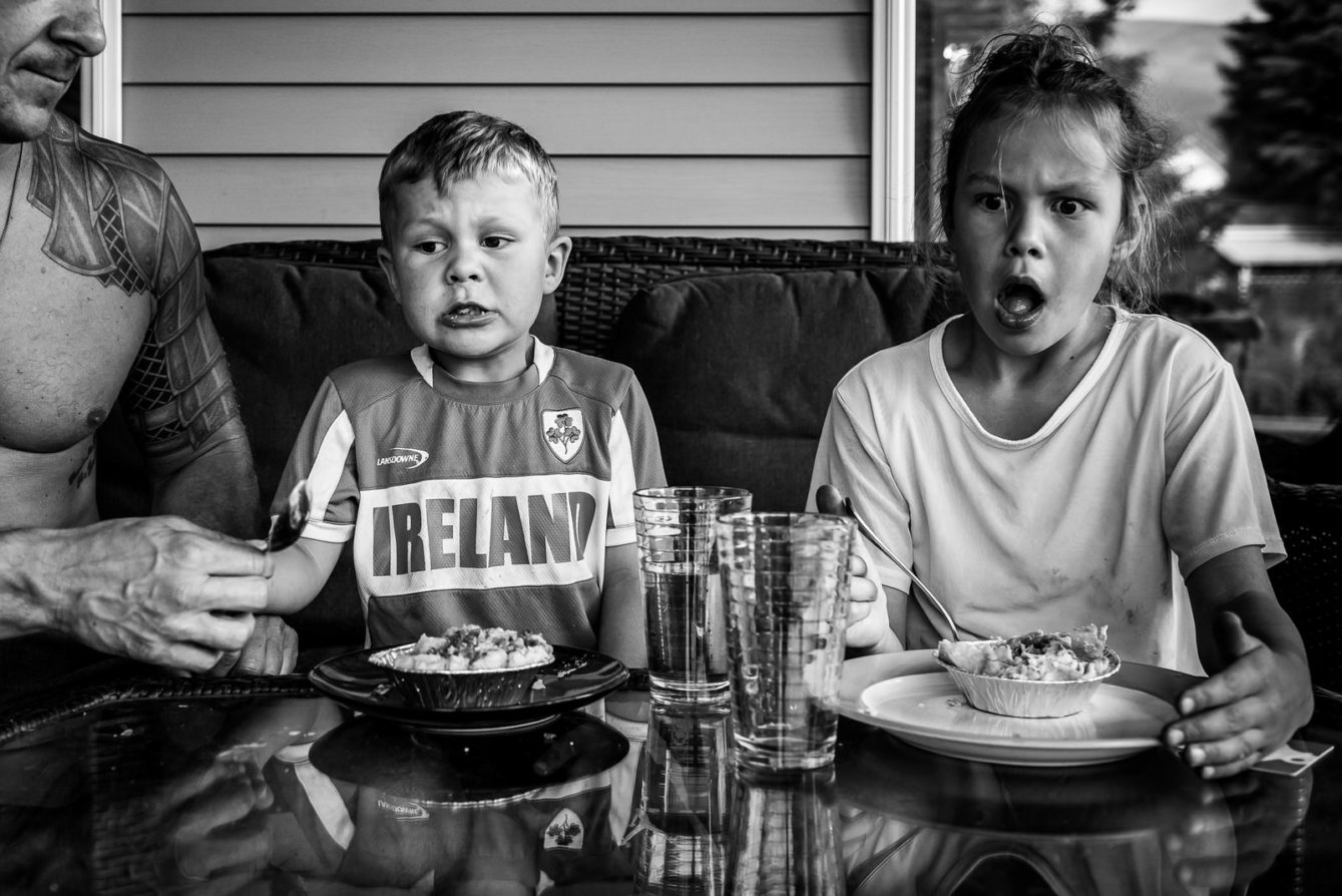 Kids eat hot food during nelson bc family photo